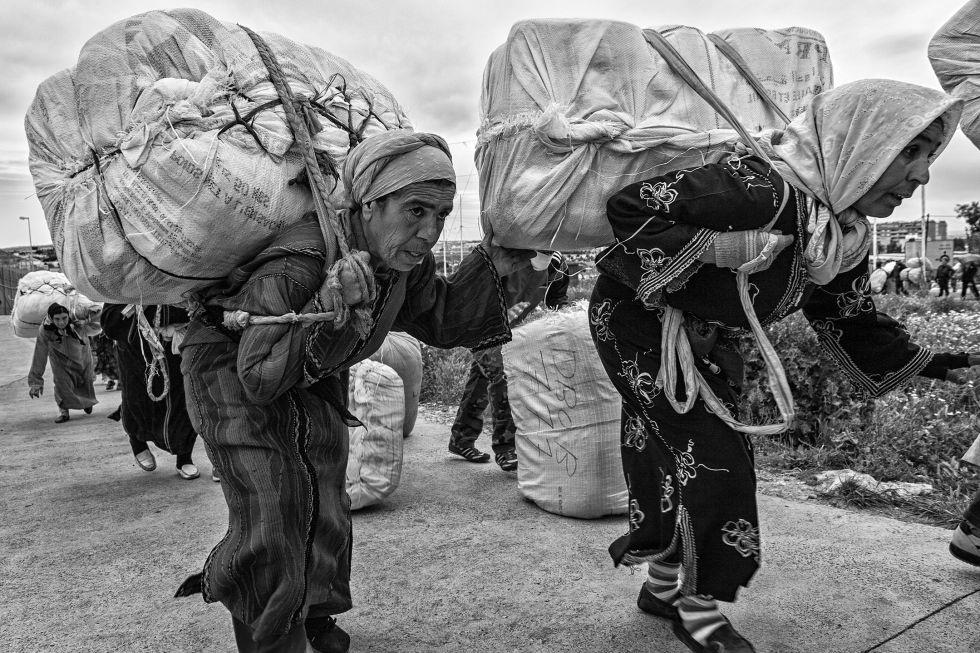 ESCLAVITUD EN ESPAÑA: Mujeres mula, las porteadoras de Ceuta y Melilla
