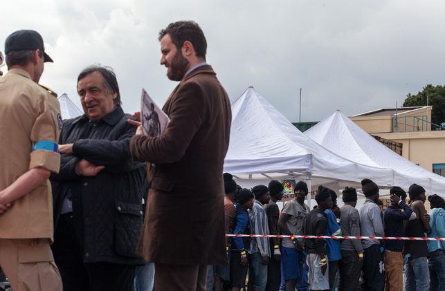Después de ganar a la mafia, un alcalde siciliano se enfrenta a Europa para defender a los migrantes