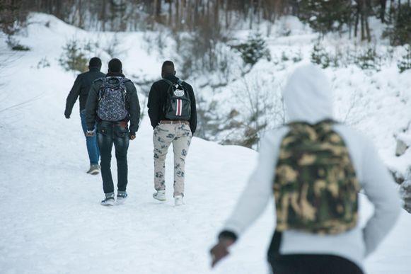 Miles de ilegales se juegan la vida en los Alpes para llegar a Francia