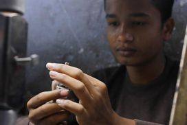 """Rescatan en India a 73 niños que """"trabajaban día y noche"""" para fabricar joyas de imitación"""